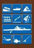 设置小船,港口,游泳,风帆冲浪,划艇,下潜,鱼,钓鱼竿象  在蓝色颜色的象在木背景 免版税库存图片
