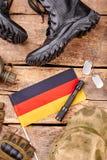 设置德意志在木背景的战士成套装备 库存图片