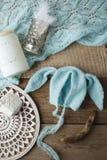 设置手工制造被编织的帽子和毯子新出生的 照相讲席会的支柱 时髦的舱内甲板位置 库存照片