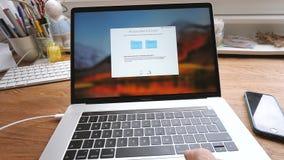 设置新的保密性和iCloud在MacBook膝上型计算机 股票录像