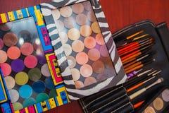 设置构成刷子,不同的大小化妆用品的刷子  刷子化妆师打开的调色板的工具概要  免版税图库摄影