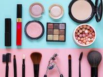设置构成的化妆用品-刷子和眼影 库存图片