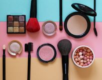 设置构成的化妆用品-刷子和眼影 免版税库存照片