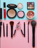 设置构成的化妆用品-刷子和眼影 免版税图库摄影