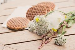 设置的传统荷兰语Stroopwafels与花 库存照片