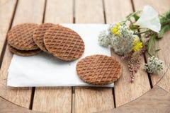 设置的传统荷兰语Stroopwafels与花 图库摄影