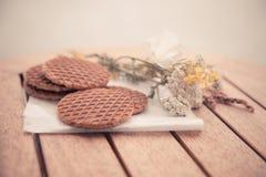 设置的传统荷兰语Stroopwafels与花 库存图片