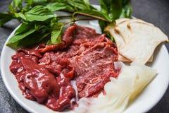 设置肉牛肉切片煮熟的或Sukiyaki沙埠shabu日本食物的肝脏和蘑菇菜 库存图片