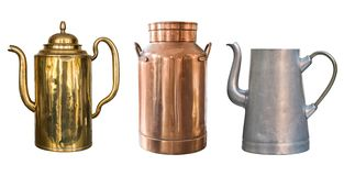 设置葡萄酒土气对象 黄铜水壶、铜牛奶罐头和铝水壶 背景查出的白色 免版税库存照片