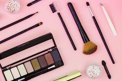 设置装饰化妆粉末,concealer,眼影刷子,染睫毛油 免版税图库摄影