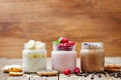 设置隔夜燕麦用莓果,椰子,花生酱, Chia se 免版税库存图片