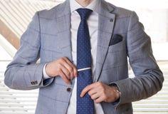 设置领带的无法认出的商人平直 免版税图库摄影