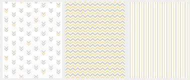 设置3个几何无缝的传染媒介样式 在白色和黄色雪佛、条纹和抽象箭头隔绝的灰色 库存例证