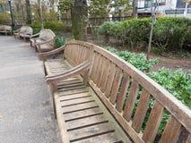 设置5张公园长椅在公园开放与没人安装 库存照片