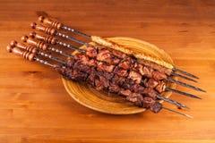 设置shashlik kebab串,黑长方形板材 调味汁和葱 库存图片