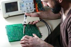 设计修理有电真空焊剂吮吸者的电路板 免版税库存照片