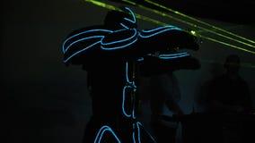 设计卡通者与蓝色霓虹条纹和在激光展示的绿色激光特写镜头一套超衣服的 储蓄英尺长度 激光当事人 股票视频