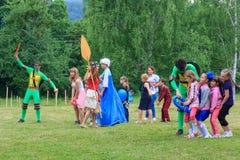 设计卡通者使用与室外游戏的孩子一个儿童` s假日在一个夏日在阿迪格共和国 图库摄影