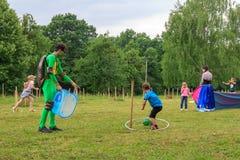 设计卡通者使用与室外游戏的孩子一个儿童` s假日在一个夏日在阿迪格共和国 免版税库存照片
