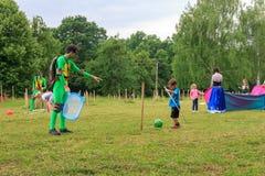 设计卡通者使用与室外游戏的孩子一个儿童` s假日在一个夏日在阿迪格共和国 库存照片