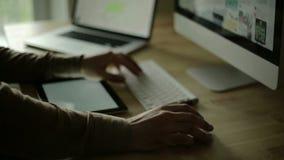 设计在计算机和ios设备的木书桌 股票视频