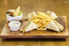 设计好的三角三明治用沙拉和开胃菜 免版税库存图片