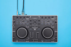 设计好的DJ在蓝色背景镶板 免版税图库摄影