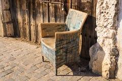 设计室外葡萄酒的家具 藤椅 免版税库存图片