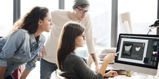 设计小组会议讨论运作的概念 免版税库存照片