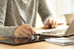 设计师与一支数字式笔的加工图 库存照片