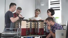 设计师与房子一起使用大模型  库存图片