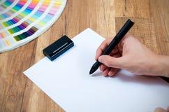设计师与现代被数字化的笔一起使用 免版税库存图片