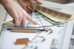 年轻设计师与色板显示一起使用 免版税库存图片