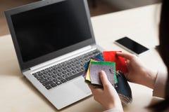设计师与选择的颜色样品一起使用 免版税库存图片
