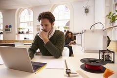 设计师与3D打印机和CAD软件一起使用在演播室 免版税库存图片