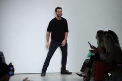设计师乔纳森Simkhai步行TRESemme的跑道在乔纳森Simkhai时装表演 免版税库存照片