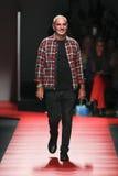 设计师亚历山德罗Dell'Acqua步行在N期间的跑道 21时装表演 免版税库存照片