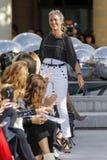 设计师伊莎贝尔Marant步行在伊莎贝尔Marant展示期间的跑道 免版税库存图片