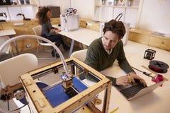 设计师使用3D打印机的打印设计 库存照片