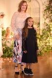 设计师克莱尔Pettibone和她的摆在克莱尔Pettibone期间四个季节汇集陈列室的女儿 图库摄影