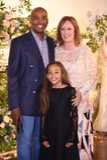 设计师克莱尔Pettibone和她的摆在克莱尔Pettibone期间四个季节汇集陈列室的家庭 免版税库存照片