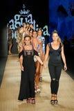 设计师卡塔利娜à  lvarez和玛丽安娜Hinestroza和模型步行阿瓜的Bendita跑道 图库摄影