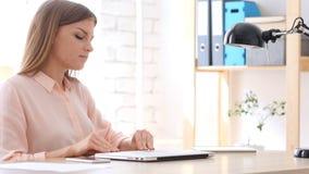 设计师妇女闭合值的膝上型计算机和离开办公室 库存图片