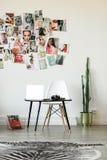设计师工作场所在家用仙人掌和moodboard 免版税库存照片