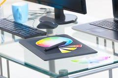 设计师工作场所计算机和图形输入板 免版税库存照片