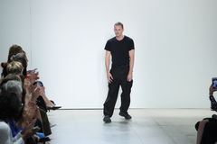 设计师戴恩李步行戴恩李时装表演的跑道 图库摄影