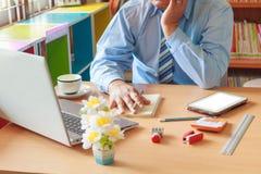 设计师手与数字式片剂和膝上型计算机一起使用 库存照片