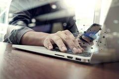 设计师手工作和巧妙的电话和膝上型计算机 免版税库存图片