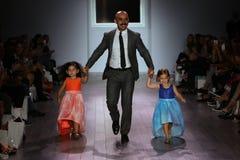 设计师拉乌尔角Penaranda和孩子模型步行拉乌尔角Penaranda时装表演的跑道 免版税库存照片