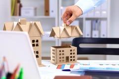 设计师显示一个新的家的模型 免版税库存照片